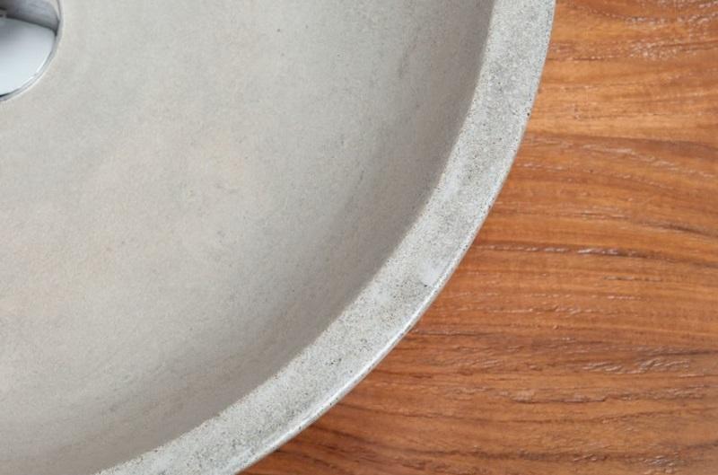détail intérieur de la vasque ronde en béton ciré de Kayumanis