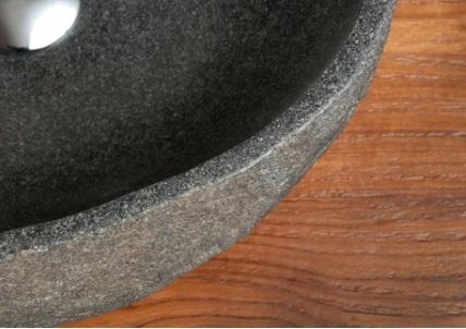 intérieur poli de la vasque ronde en rocher de rivière
